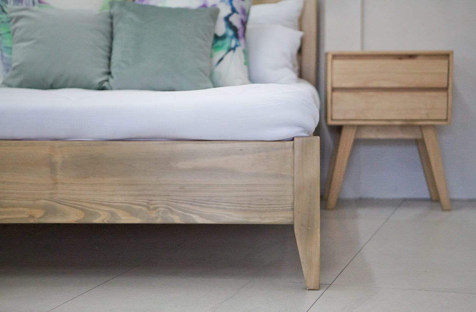 Bedroom Furniture Tapered Wood Double Bed with Headboard beds